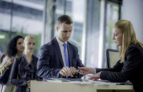 Homme se préparant à signer un contrat bancaire